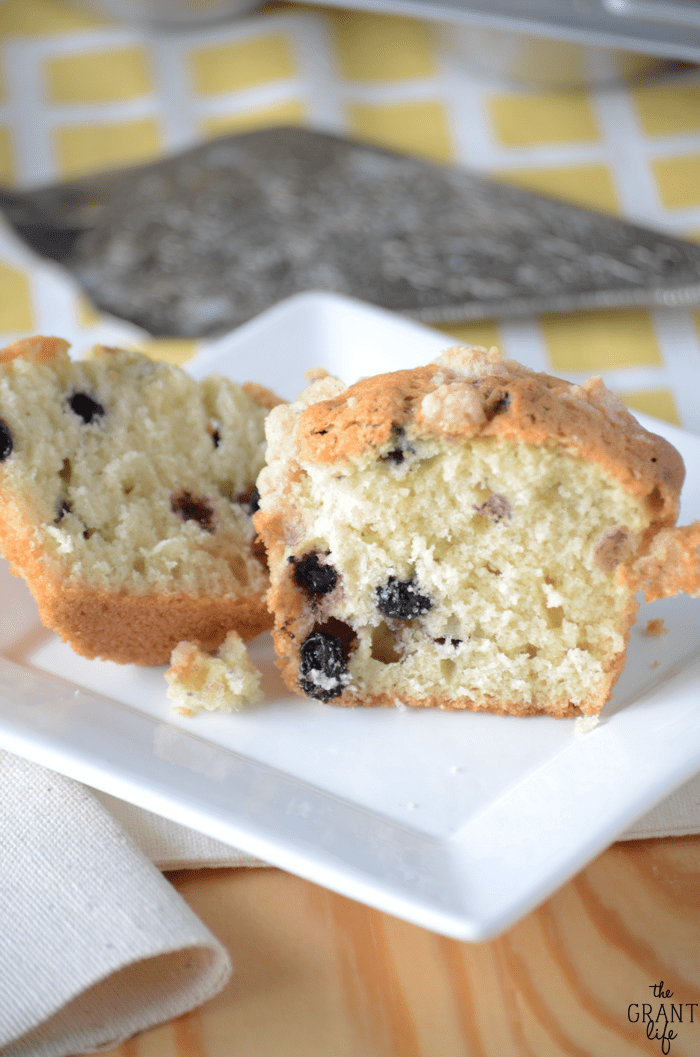 Easy bakery style bluberry muffins
