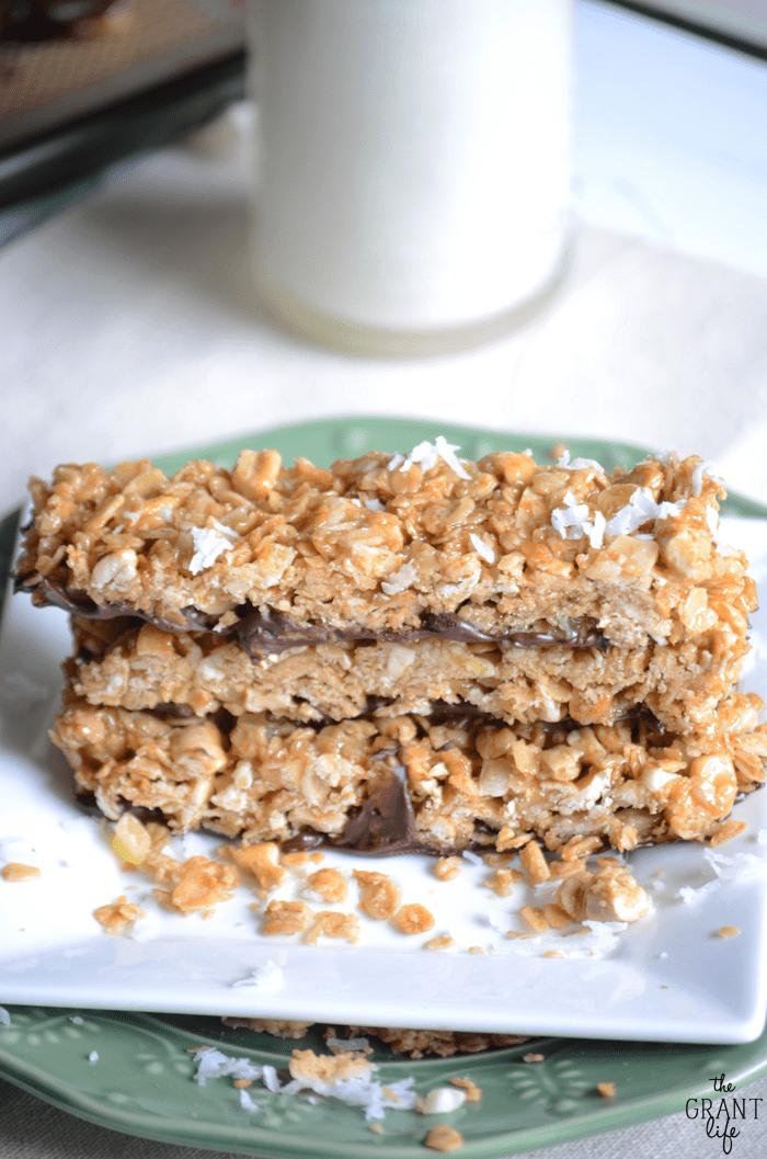Homemade tropical granola bars! Super easy recipe full of cashews, coconut, mango and chocolate!